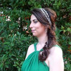 """Tocado de invitada """"Trenza Plata"""" by @nilataranco de inspiración griega perfecto para una ceremonia de tarde. El tocado se trenza en el peinado lateral también de inspiración griega #tocadosparaelpelo #nilatarancodesign #tocadosdealquiler #fascinators #weddinglook #lookdeinvitada #peinados"""