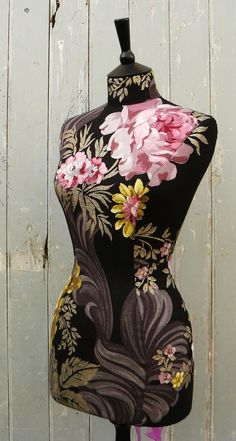 Exquisite floral mannequin. Love it! More for decorating these day's
