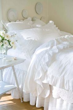 interior design, cottag, living rooms, design homes, ruffl, white bedrooms, bed linens, white bedding, guest rooms