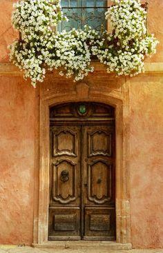 Perfume na entrada de casa. Itália.