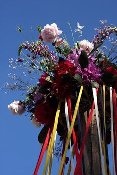 pinksterfeest, dansen om de meiboom May Day Traditions, Wiccan Altar, May Days, Beltane, Sabbats, Pentecost, Blooming Flowers, Holiday Fun, 4th Of July