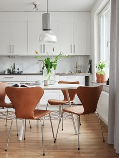 Combination of the dining room area and the white minimalist kitchen white Scandinavian Kitchen, Scandinavian Interior, Scandinavian Style, Interior Modern, Interior Design, Kitchen Tiles, Kitchen Dining, Kitchen White, Kitchen Cabinets