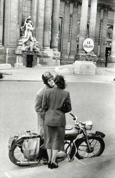 Grand Palais, 1952.  \\ Henri Cartier-Bresson (22 août 1908 à Chanteloup-en-Brie - 3 août 2004 à Montjustin dans les Alpes-de-Haute-Provence) est un photographe français.