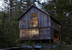 http://dc.urbanturf.com/articles/blog/friday_eye_candy_a_home_office_in_a_vermont_barn/5950 - Vermont architect built this barn adjacent to his 900-square foot house, so that he could have a quiet place to work. With no internet and no cell phone reception, the only thing that occasionally interrupts him is his young daughter. Enjoy. #vermont