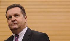 Ein Bericht des Stuttgarter Innenministeriums belastet Stefan Mappus. Als Ministerpräsident soll er der Polizei einen harten Kurs gegen Stuttgart-21-Demonstranten vorgegeben haben. Auch beim Abriss des Nordflügels preschte er gegen den Willen der Polizei vor.