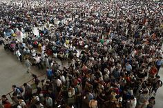 Passengers flood a railway station on the first day of the Chinese Mid-Autumn festival holiday in Wuhan, Hubei province. Bizarre Photos, Mall Of America, Photos 2016, Mid Autumn Festival, Wuhan, Undercover, Countries Of The World, Art Pictures, Tokyo