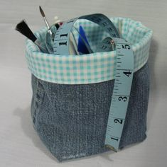 Denim fabric basket – Turn your unused jeans into something useful such as a fabric basket to organize your sewing kit. The project basically requires you to stitch together a piece of jeans into a basket shape and use printed fabric as a lining. Sewing Hacks, Sewing Tutorials, Sewing Patterns, Sewing Kit, Bag Patterns, Free Sewing, Tutorial Sewing, Bag Tutorials, Jean Crafts