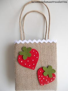 La classe della maestra Valentina: BORSETTE DI JUTA Burlap Projects, Burlap Crafts, Painted Canvas Bags, Crafts To Make, Arts And Crafts, Decorated Gift Bags, Creative Box, Diy Tote Bag, Jute Bags