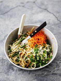 Raikas nuudelisalaatti saa rapsakkaa purutuntumaa pavuista, iduista ja porkkanasta. Ruokaisampi versio valmistuu lisäämällä vaikka katkarapuja tai...