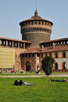 Castello Sforzesco - Milano, Lombardia, Italy Milano Giorno e Notte - We Love You! http://www.milanogiornoenotte.com