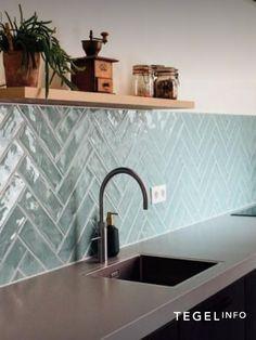 Modern Kitchen Design, Interior Design Kitchen, Kitchen Wall Tiles, Diy Kitchen Decor, New Kitchen, Home Kitchens, Kitchen Remodel, House Styles, Green Tiles