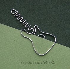 Fender Guitar Wire Bookmark by TuranianWalk on Etsy- Fender Gitarre DrahtLesezeichen von TuranianWalk auf Etsy Fender Guitar Wire Bookmark by TuranianWalk on Etsy - Wire Crafts, Jewelry Crafts, Handmade Jewelry, Wire Wrapped Jewelry, Wire Jewelry, Jewelery, Wire Bookmarks, Wire Art Sculpture, Wire Sculptures