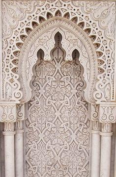 El Mausoleo de Mohamed V es un sepulcro real situado en Rabat, la capital de Marruecos. Se encuentra en la explanada de la Torre Hasán, cerca de la parte final del río Bu Regreg.