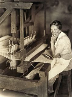 Miss Roselie Pless seated at loom, Russelville, TN, by Doris Ullman, best known for her portraits of people in Appalachia. Weaving Tools, Weaving Projects, Loom Weaving, Hand Weaving, Weaving Textiles, Weaving Patterns, Antique Photos, Old Photos, Vintage Photos