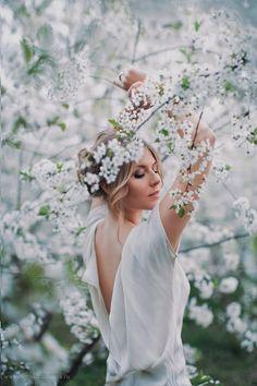 Утро невесты в цветущем саду