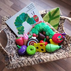 The appeal of Treasure Baskets - Bring stories to life with a story basket such as this one. Preschool Literacy, Preschool Books, Literacy Activities, Nursery Activities, Infant Activities, Activities For Kids, Play Based Learning, Kids Learning, Chenille Affamée
