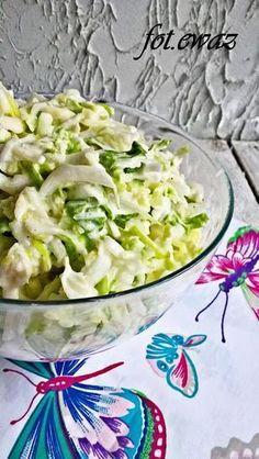 Szybka surówka z trzech warzyw. Nie każdy lubi seler ale w tej surówce nie jest bardzo wyczuwalny, więc nie powinno być kłopotu ze zjedze...