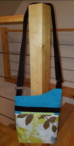 Sac Be-Bop cousu par Catherine Marinier - Tissu(s) utilisé(s) : Tissus recyclés, top uniforme de nurse, rideaux de douche et veste en velours côtelé. - Patron Sacôtin : Be-Bop