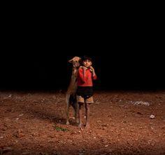 Fotos de niños huérfanos que viven en la calle con perros adoptados/preciosas fotos/