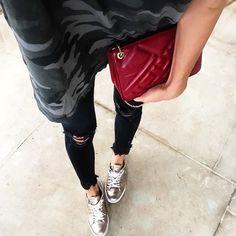 Camouflage + jean troué + baskets métallisées (@shalicenoel)