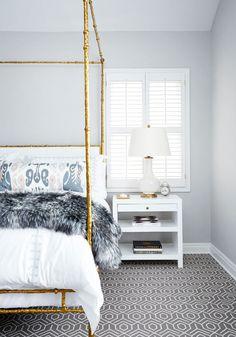 Superbe tapis à motif dans cette chambre à coucher.