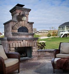 Over the last decade, outdoor fireplaces have continued to be a rising trend in outdoor living design. A fireplace provides an elegant focal point that visually transforms a patio into an outdoor living room, creating a warm and inviting atmosphere. Outdoor Fireplace Designs, Backyard Fireplace, Backyard Patio, Outdoor Fireplaces, Backyard Ideas, Fireplace Ideas, Wedding Backyard, Patio Roof, Patio Ideas