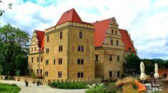 """Zamek w Goli Dzierżoniowskiej  wybudowany przez w 1580 roku przez Leonarda von Rohnau. Jego fundamenty są w całości oparte na granitowej skale. Istnieją jednak zapisy świadczące o tym, iż miejsce to było zamieszkane już około 1000 roku. Obecnie mieści się w nim hotel """"Uroczysko Siedmiu Stawów""""."""