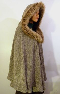 How to Make Faux (fake) Fur-Lined Wool Poncho - Free pattern and step by step Photo tutorial - Bildanleitung und gratis Schnittvorlage Grey Poncho, Wool Poncho, Diy Clothing, Sewing Clothes, Knitted Capelet, Ladies Poncho, Hooded Scarf, Diy Couture, Chunky Wool