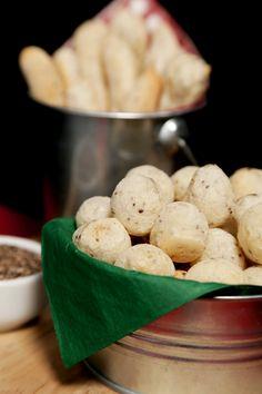 Um petisco suber prático e saboroso, este Biscoito de Polvilho com Chia é ótimo para fazer num café da tarde! Experimente!