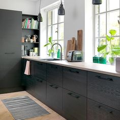 Flere af vores design findes i forskellige prisklasser, så du kan gennemføre… Kitchen Cabinets Decor, Cabinet Decor, Home Decor Kitchen, Ikea Kitchen, Kitchen Living, Kitchen Interior, Interior Design Living Room, Black Kitchens, Home Kitchens