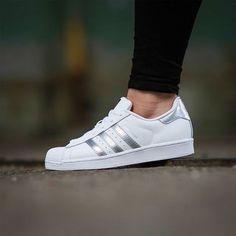 low priced eee1b ad9fc Adidas Superstar blancas con rayas plateadas para mujer 2017 Vestidos Con  Tenis, Zapatillas Adidas Superstar