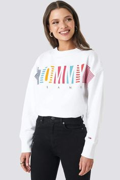 This sweater by Tommy Hilfiger features a crew neckline, a text print, logo embriodery on one sleeve and a relaxed fit. Tommy Hilfiger Mujer, Tommy Hilfiger Women, Teenager Outfits, Girl Outfits, Fashion Outfits, Pop Fashion, Fashion Brands, Oversized Hoodie Outfit, Cute Casual Outfits