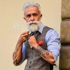 Alessandro Manfredini known as Beard Grandpa. He has a very good style of beard. Popular Beard Styles, Beard Styles For Men, Hair And Beard Styles, Bart Styles, Grey Beards, Silver Foxes, Beard No Mustache, Facial Hair, Mode Style