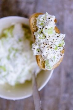 Feta-Gurken-Aufstrich Rezept für mindestens 6 Scheiben Brot 250g Feta 4 EL Magerquark 1 Bio-Salatgurke Salz und Pfeffer Feta-Gurken-Aufst...