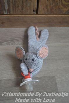 Speenknuffel muis Maartje gehaakt door Laura van Hees #haken #haakpatroon #gehaakt #amigurumi #knuffel #gehaakt #crochet #häkeln #cutedutch Amigurumi Tutorial, Crochet Patterns Amigurumi, Crochet Mouse, Crochet Baby, Crochet Pacifier Clip, Toddler Sweater, Baby Rattle, Amigurumi Toys, Learn To Crochet