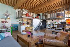 L'espace salon avec son plafond à la française et les mezzanines qui abritent la chambre et le coin TV. Un canut Mix & Match dans un esprit loft atelier © www.lalaklak.com © photos Thomas Marquez