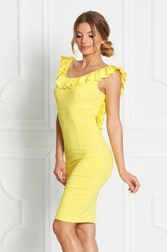 Puzdrové jednofarebné šaty so zaujímavý strihom - volániky zdobia prednú časť v oblasti výstrihu a tiahnu sa po rukávoch a chrbte. Chrbát je čiastočne odhalený. Vhodné na príležitosť či bežné nosenie.