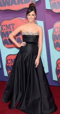 Kacey Musgraves ai CMT Music Awards 2014 ha scelto di indossare un abito bustier di Miu Miu in raso doppio nero con corsetto in organza color nude.http://www.sfilate.it/226648/abito-bustier-in-raso-nero-miu-miu-per-kacey-musgraves