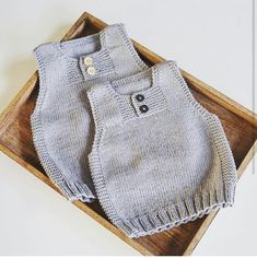 Knitting a Baby Cardigan With a Hood Baby Knitting Patterns, Baby Boy Knitting, Knitting For Kids, Baby Patterns, Baby Poncho, Knitted Baby Cardigan, Knit Baby Sweaters, Baby Outfits, Poncho With Sleeves