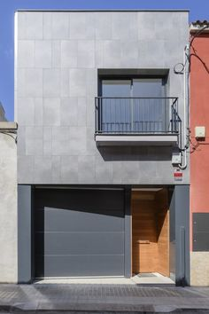 Gurrea The action on the facade consists of the placement . House Front Design, Small House Design, Facade House, House Roof, Facade Design, Architecture Design, Renovation Facade, Narrow House Designs, Tiny House Plans