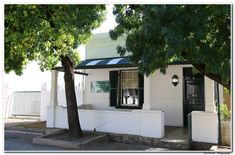 Fairfield Cottage - Neat and comfortable self-catering cottage in Graaff-Reinet. Situated en route to the Valley of Desolation, close to schools, within walking distance ...