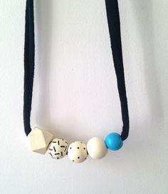 Chaque pièce est peinte à la main,  donc chaque collier est unique.Ce collier, léger et original, s'accordera parfaitement à vos tenues de jour comme de nuit.Le collier étant réglable, vous pouvez le nouer à la longueur que vous souhaitez. Ce collier est composé de 4 perles rondes et de 1 perle géométriques en bois naturel.Chaque perle est peinte à la main avec de la peinture acrylique (4 couches) et vernie avec un fixateur mat à base d'eau (conformément...