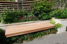 rotbraunes Holz Streifen Sitzkissen Blumentöpfe Kleingarten Blumenbeet