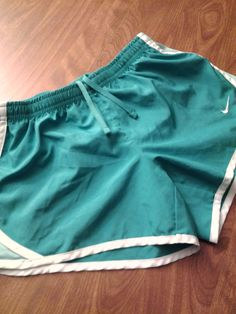NIKE GIRLS SHORTS SZ M