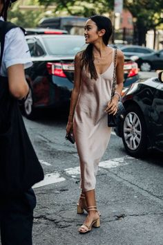 The Best Street Style From New York Fashion Week – Summer Outfits – Summer Fashion Tips Street Style New York, Modern Street Style, Look Street Style, Street Style Trends, New York Style, Street Style Dresses, Paris Street Style Summer, Celebrity Summer Style, Simple Street Style