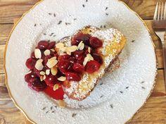 Francúzsky toast s čerešňovou omáčkou s levanduľou a mandľovými lupienkami