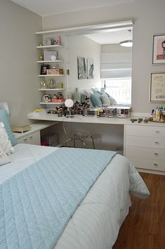 New Makeup Storage Ideas Beauty Room Dressing Tables Bedrooms 15 Ideas College Bedroom Decor, Apartment Bedroom Decor, Diy Home Decor Bedroom, Easy Home Decor, Apartment Interior, Bedroom Storage, Bedroom Table, Apartment Ideas, Dorm Room