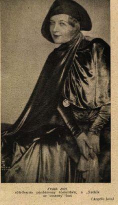"""Fedák Sári- sötétbarna pánbársony toalettben a ,, Szökik az asszony""""-ban  Színházi élet 1929"""