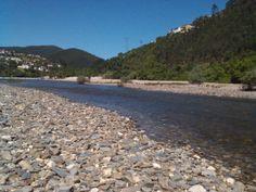 Praia Fluvial em Coimbra Es un rio que tiene arena de un lado y piedra del otros... lindissímo..