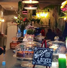 Willkommen im @kaffeehaus_severinstrasse  Hier ist ALLES schön. Punkt.  Für alle, die es genauer wissen möchten, hier eine Liste der schönen Dinge: ▫️der Holz-Fußboden ▫️die verputzten Backstein-Wände ▫️die Lampen im Industrielook ▫️die gesamte Deko (oh mein Gott, diese Deko!) inklusive der traumhaft schönen Blumensträuße ▫️die Anrichtung der Speisen ... Hier fließen einfach in jedes Detail Aufmerksamkeit und Liebe ❤️ mit ein. Der Service ist unglaublich freundlich, wie soll man es auch…